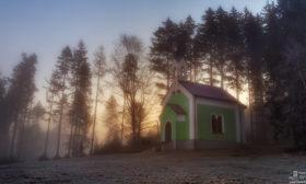 Ranní paprsky za kaplí