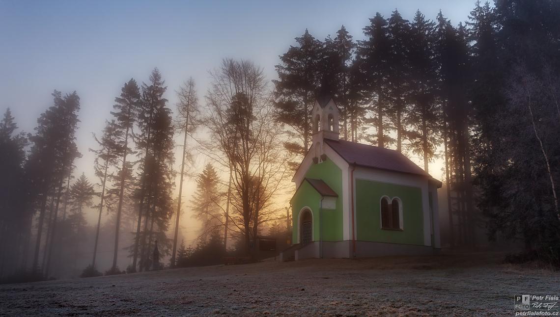 Ranní paprsky za kaplí | Petr Fiala