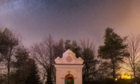 Kaple a sv. Kopeček pod hvězdami